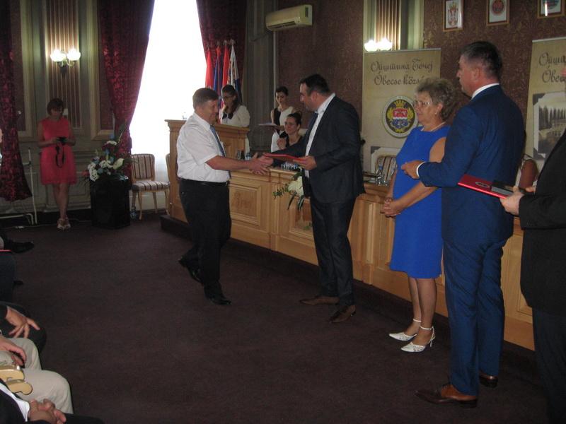 Predsednik opštine Bečej Dragan Tošić uručuje prestižno priznanje Đerđu Ricu | Foto: Vlastimir Jankov