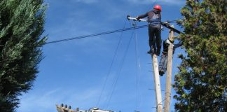 Mobilna ekipa je zamenila dotrajali drveni stub novim betonskim | Foto: Vlastimir Jankov