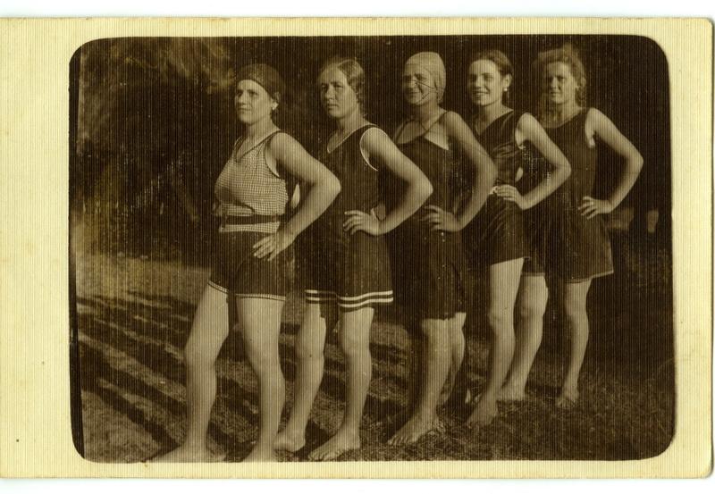Kupačice u kostimima s karnerima