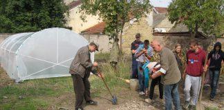 Priprema terena u školskoj bašti s novi plastenikom u pozadini | Foto: Vlastimir Jankov
