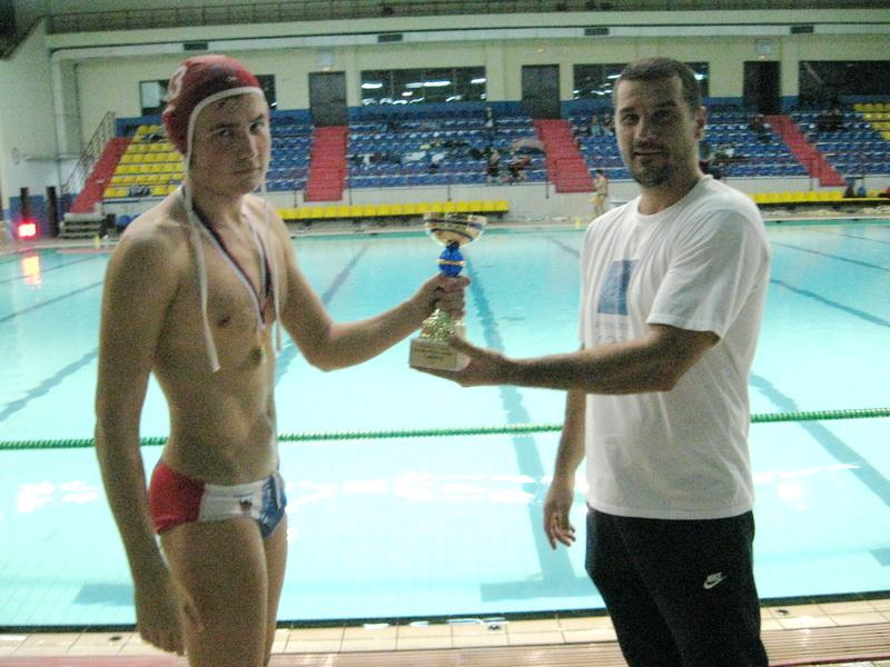 Predsednik PVK Bečej Goran Krstonošić uručio je pobednički pehar kapitenu Sankt Peterburga 2001 | Foto: Vlastimir Jankov