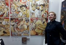Autorka kraj svojih slika na izložbi u Parizu