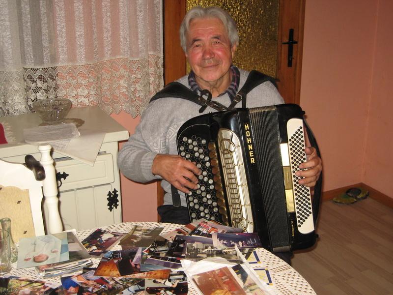 Živojin Lalić s harmonikom i fotografijama dragih ljudi