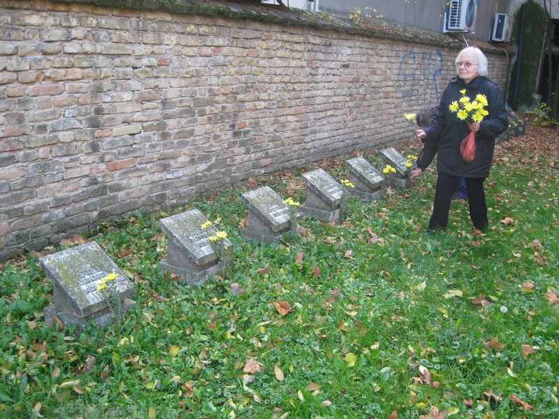 Rodbina je položila cveće na spomen ploče streljanih | Foto: Vlastimir Jankov