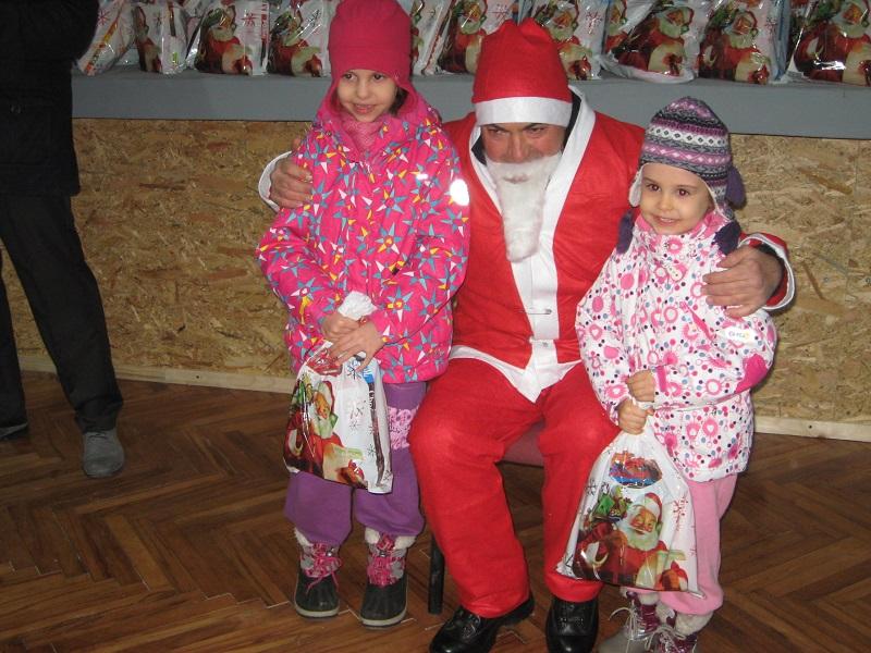Deda Mraz je uručio oko 500 paketića deci | Foto: Vlastimir Jankov