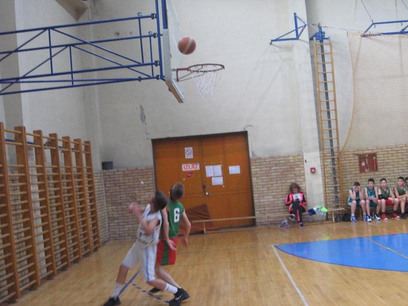 Uvek prisutna dilema hoće li lopta ući u koš   Foto: Vlastimir Jankov