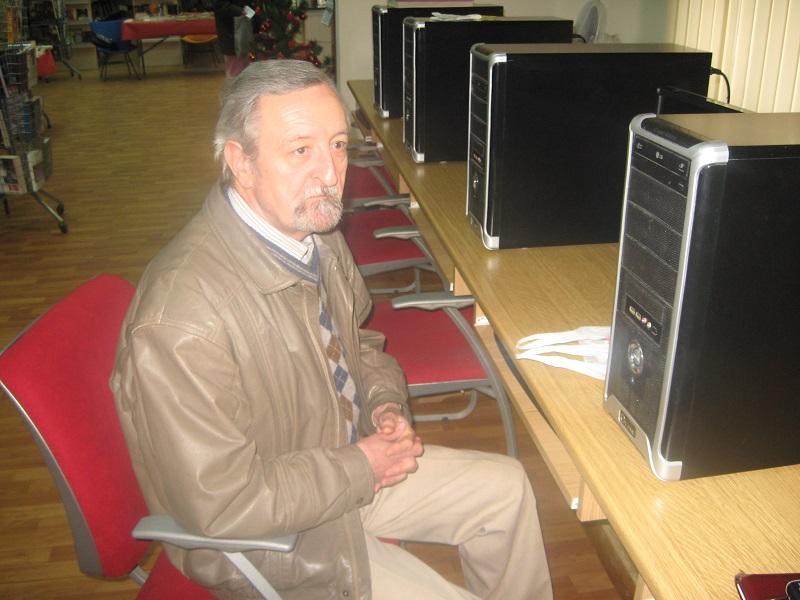 Dušan Džigurski uz kompjuter u bečejskoj biblioteci | Foto: Vlastimir Jankov