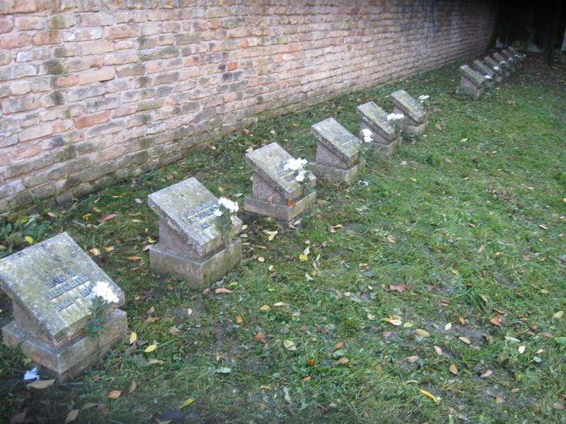 Spomen obeležje Zid smrti i ploče s imenima svih streljanih | Foto: Vlastimir Jankov