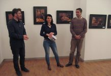 Autor Slobodan Šušnjević u društvu dva kustosa na otvaranju izložbe u Bečeju | Foto: Vlastimir Jankov