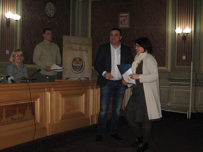 Uručenje ugovora o kupovini kuće | Foto: Vlastimir Jankov