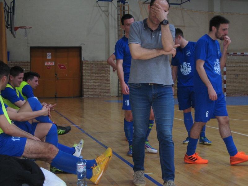 Često se trener Goran Strajnić držao za glavu tokom utakmice   Foto: Vlastimir Jankov