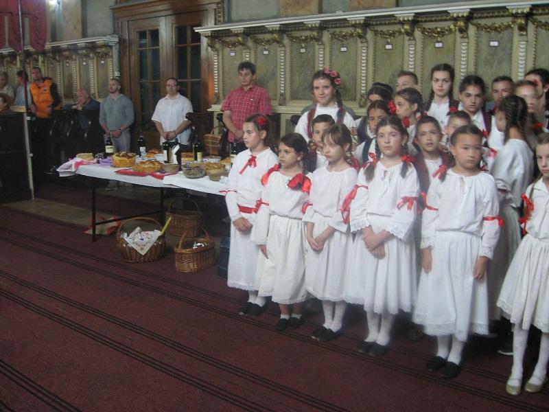 Deca i svečarska trpeza bili su najlepši dekor hrama | Foto: Vlastimir Jankov