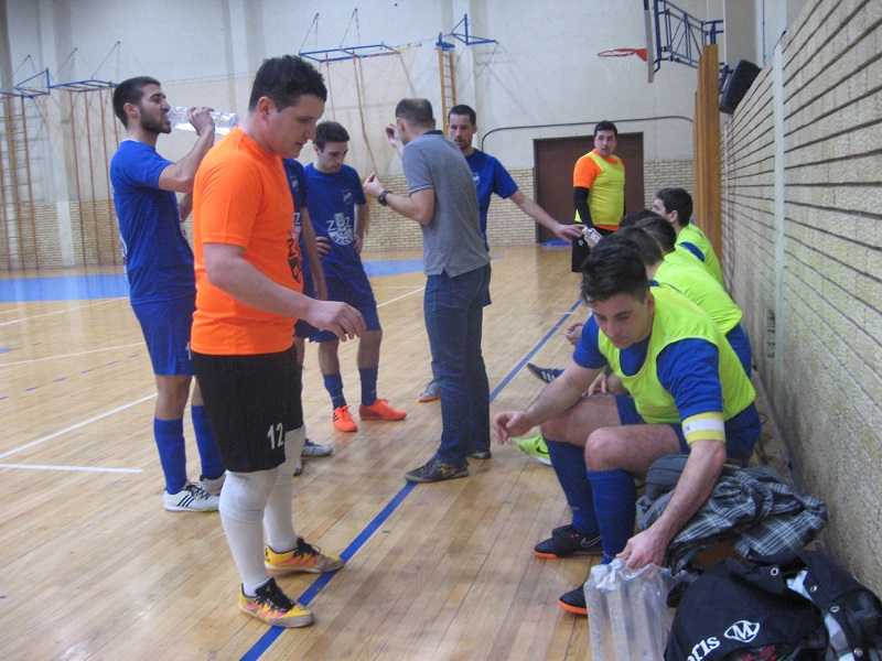 Futsaleri Bečeja s trenerom Goran Strajnićem u tajm autu | Foto: Vlastimir Jankov