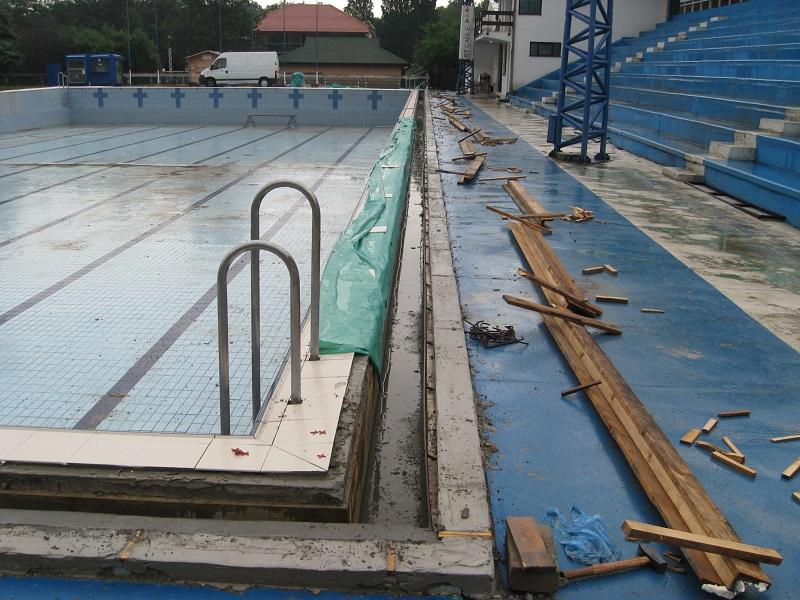 Pločice bazena su zamenjene, sad se završavaju ivične izlivne rešetke | Foto: Vlastimir Jankov