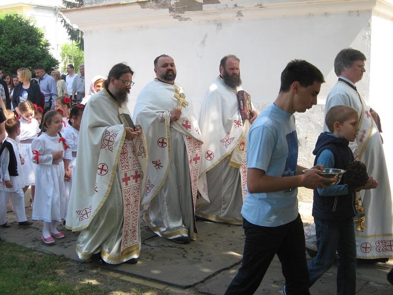 Sveštenički tri predvodio je litiju oko hrama | Foto: Vlastimir Jankov