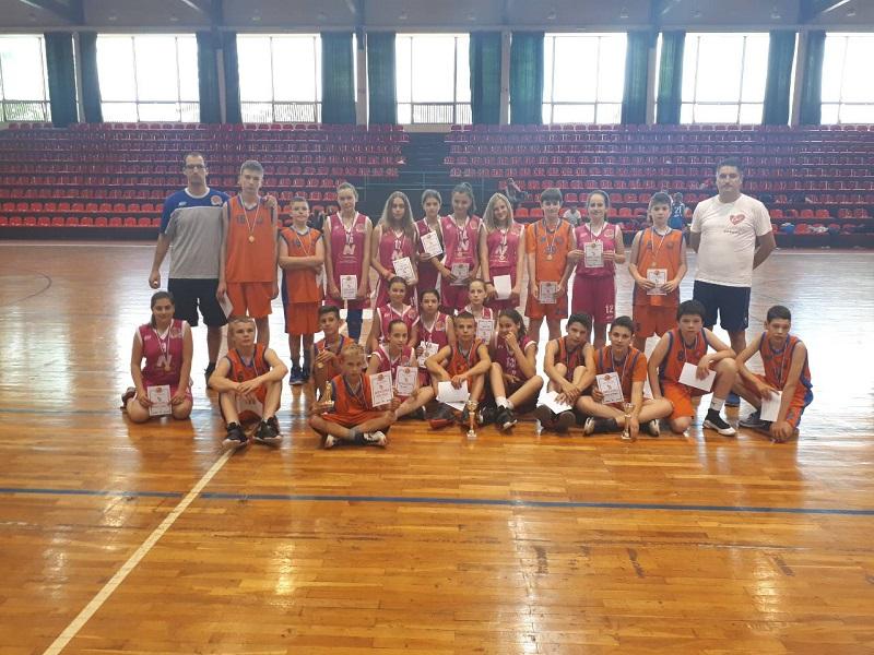 Zajednička slika devojčica i dečaka sa trenerima na turniru u Kanjiži