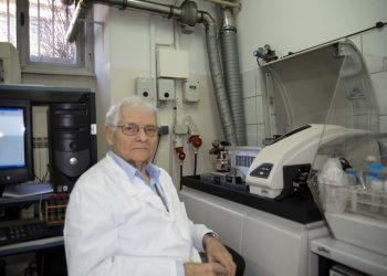 Prof. dr Laslo Šipoš i dalje radi u univerzitetskoj laboratoriji