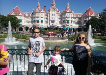 Mateja, Fiona i njena mlađa sestra Amadea u Diznilendu
