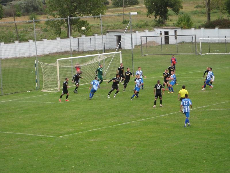 U pojedinim momentima svih jedanaest fudbalera Trajala je bilo u svom kaznenom prostoru | Foto: Vlastimir Jankov