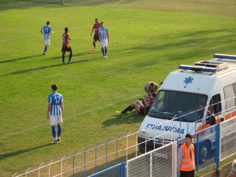 U 36. minutu gostujući igrač Aleksandar Mitrović prebačen je u Dom zdravlja | Foto: Vlastimir Jankov