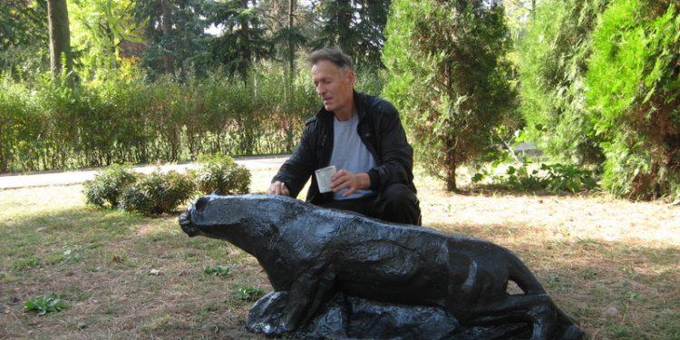 Zdravko Petrović je farbanjem skulpture, pumu vrati Bečejcima | Foto: Vlastimir Jankov