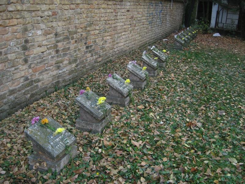 Cveće na spomen ploče sa imenima žrtava Prvog streljanja u Bečeju | Foto: Vlastimir Jankov