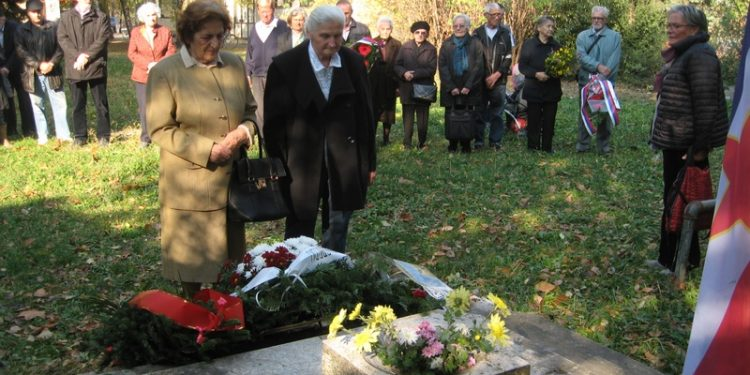Delegacija bečejskih boraca polaže cveće na spomen obeležje | Foto: Vlastimir Jankov