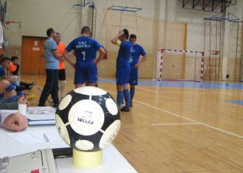 Lopta igra po parketu i stolu, gde se čeka odluka komesara za takmičenje | Foto: Vlastimir Jankov