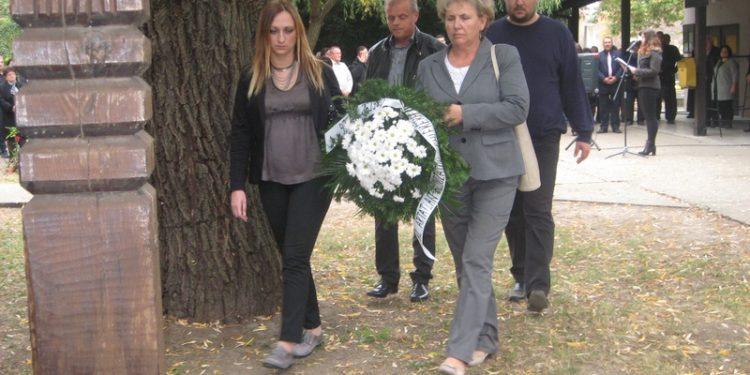Opštinska delegacija polaže cveće kraj Drvenog krsta | Foto: Vlastimir Jankov