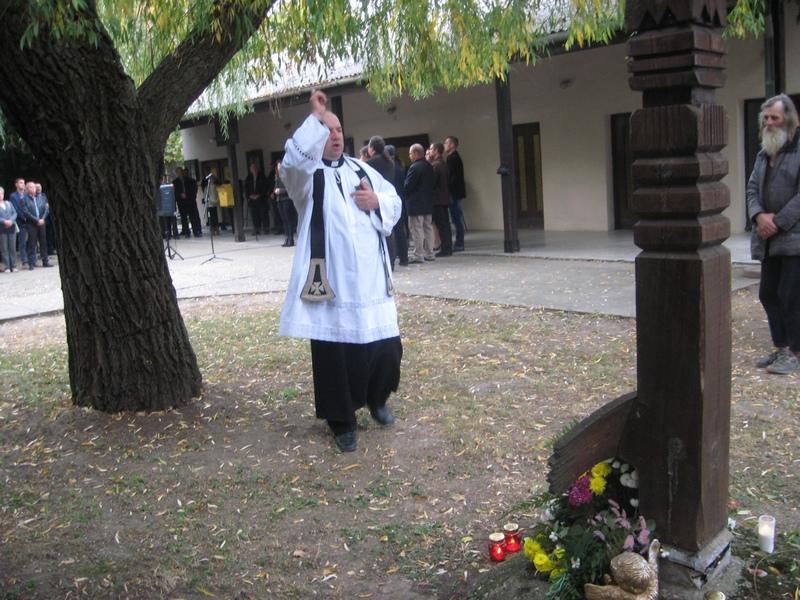 Sveštenik Laslo Fuderer osveštao je Drveni krst | Foto: Vlastimir Jankov