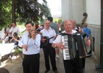 Miša Silaški sa harmonikom u društvu bečejskih svirača   Foto: Vlastimir Jankov