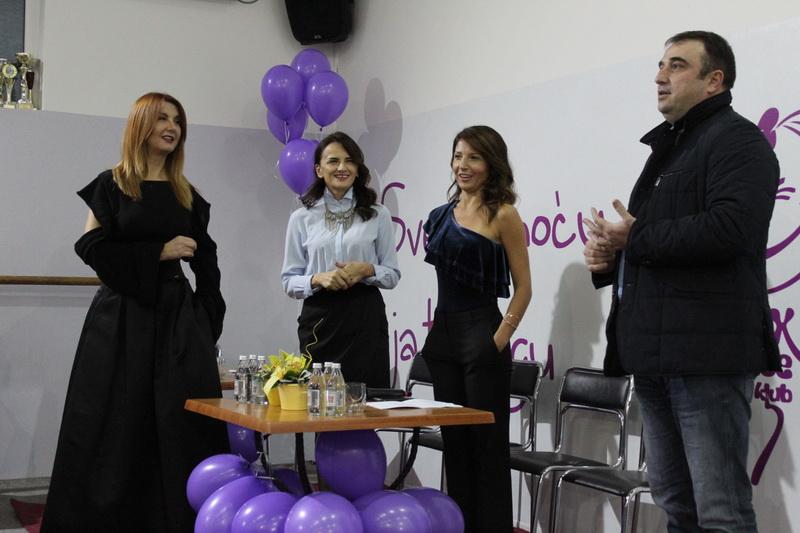 Predsednik opštine Dragan Tošić sa tri dame gošće na tribini | Foto: Vlastimir Jankov