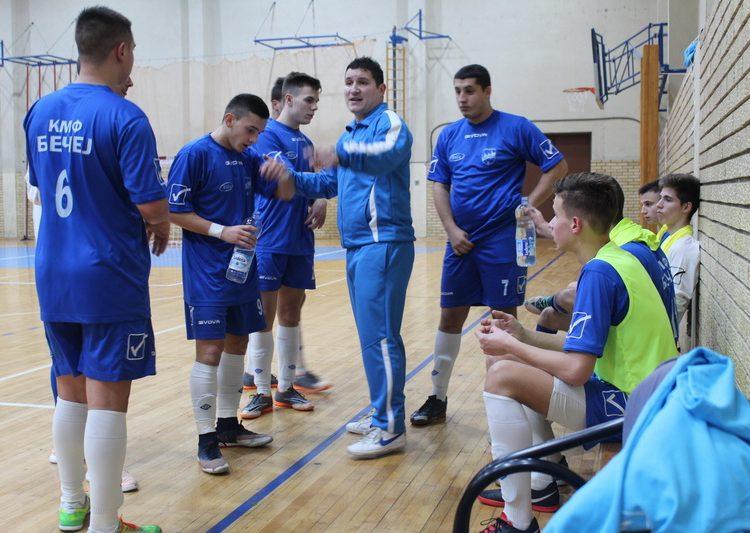 Trener Sava Vadaski sa igračima u tajm autu | Foto: Vlastimir Jankov