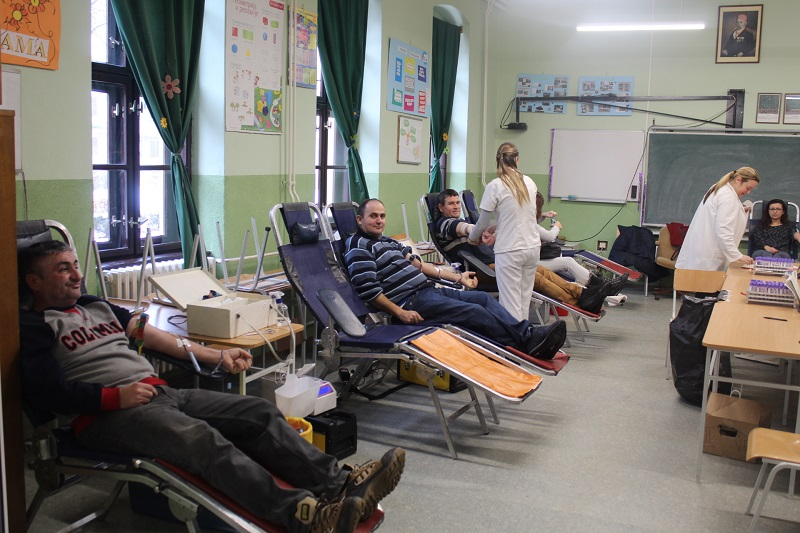 ...a onda davanje krvi | Foto: Vlastimir Jankov