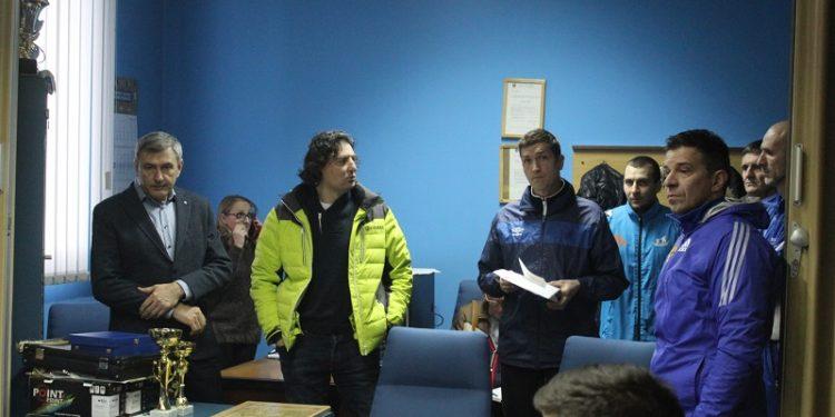 Predsednik Dragan Knežev, sportski direktor Dejan Stanojev i članovi stručnog štaba na prozivci | Foto: Vlastimir Jankov