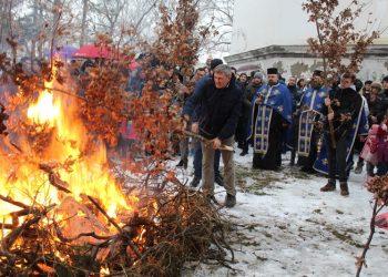 Trenutak kada je kum Dragan Knežev zapalio crkveni badnjak u porti | Foto: Vlastimir Jankov