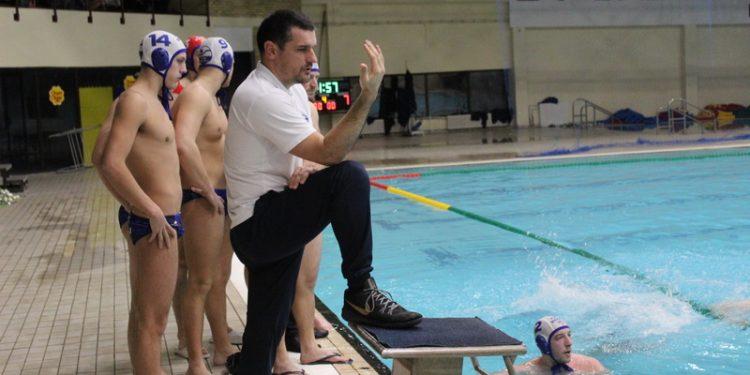 Goran Krstonošić u pozi kao njegov učitelj Vlaho Orlić | Foto: Vlastimir Jankov