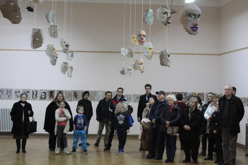 Posetioci okruženi maskama i slikama od recikliranog materijala   Foto: Vlastimir Jankov
