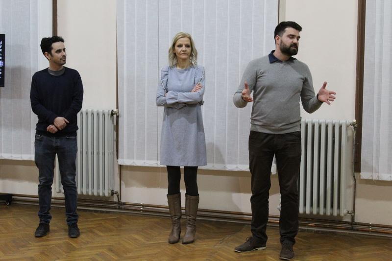 Autorka izložbe između svojih domaćina u Bečeju | Foto: Vlastimir Jankov