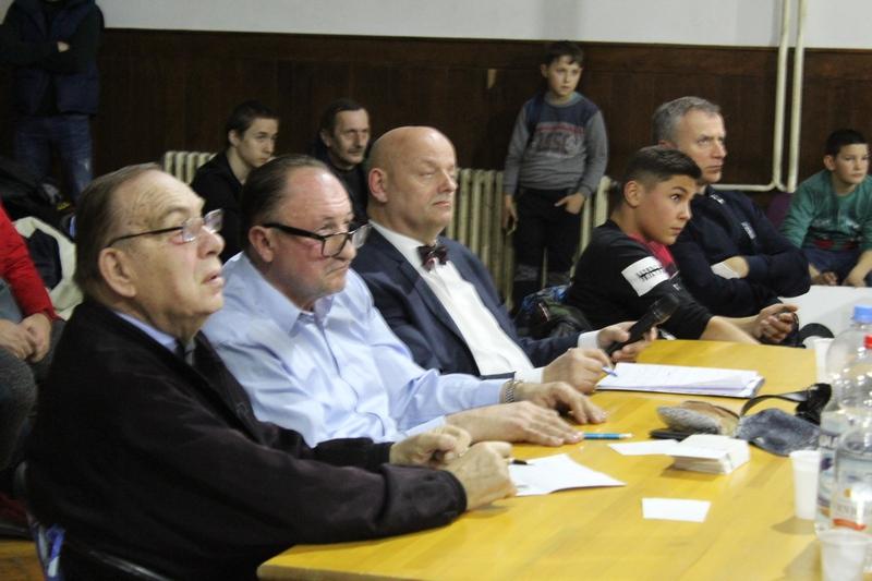 Legendarni sudija Sreten Jabučanin je budno pratio svaku borbu   Foto: Vlastimir Jankov