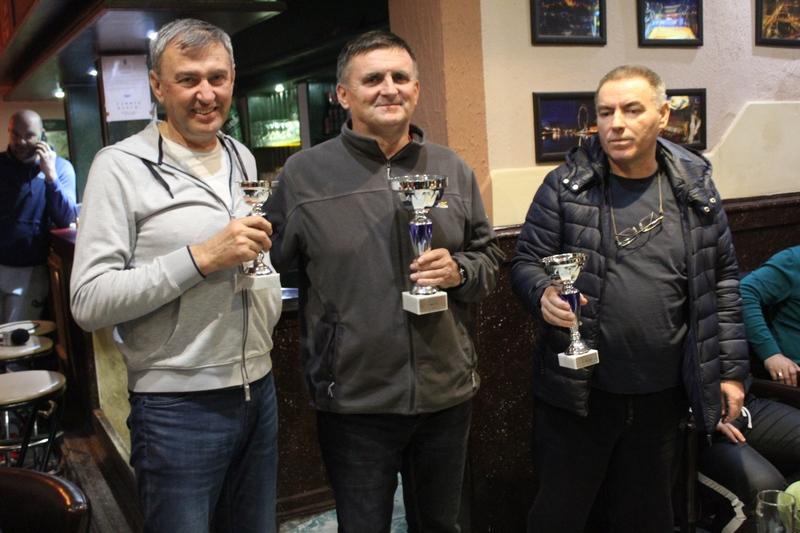 Pobednička trojka Druge bečejske kobasicijade s peharima