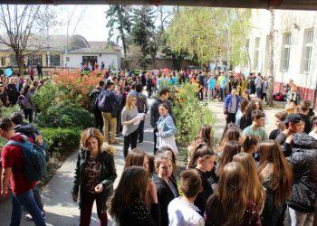 Gimnazijsko dvorište puno učesnika osmih razreda   Foto: Vlastimir Jankov