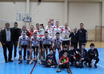 Na kraju sezone, ipak, veseli rukovostvo, seniori i grupa pionira | Foto: Vlastimir Jankov