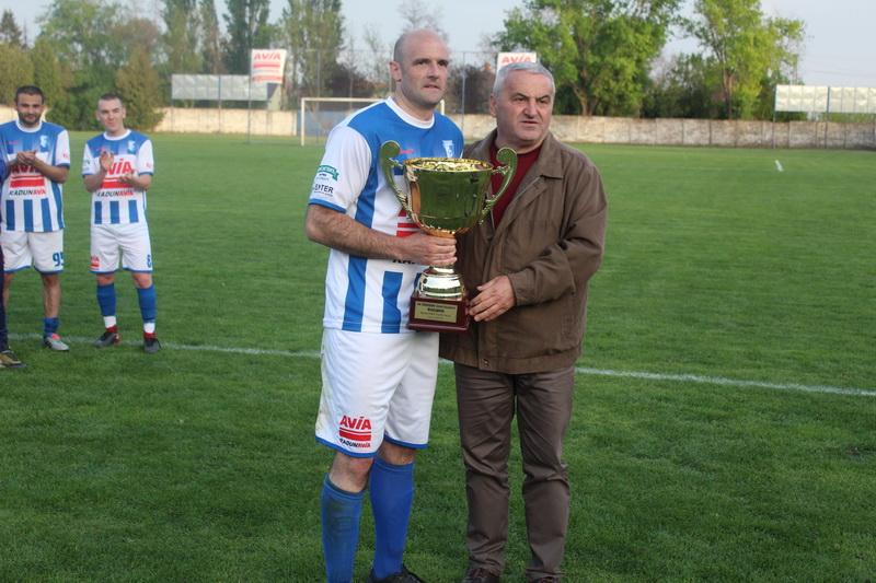 Predsednik PFS Subotica Nenad Nikolić predao je pehar kapitenu Voše Bojanu Bilbiji | Foto: Vlastimir Jankov