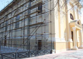 Rimokatolička crkva u Bečeju okovana skelama do polovine leta | Foto: Vlastimir Jankov