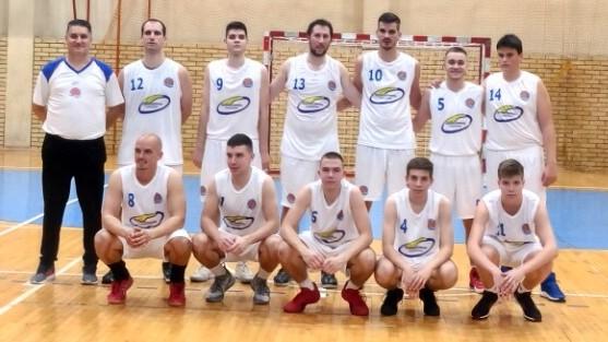 Seniori KK Bečej s trenerom Milanom Brkljačem