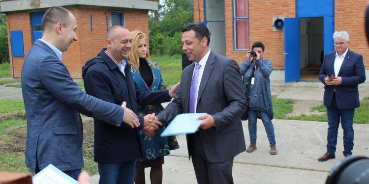 U ime opštine Novi Bečej ugovore je potpisao predsednik Saša Maksimović | Foto: Vlastimir Jankov