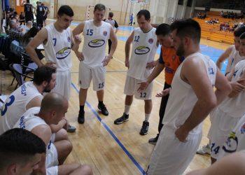 Trener Milan Brkljač sa igračima u tajm autu | Foto: Vlastimir Jankov