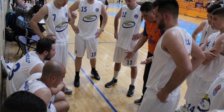 Trener Milan Brkljač sa igračima u tajm autu   Foto: Vlastimir Jankov