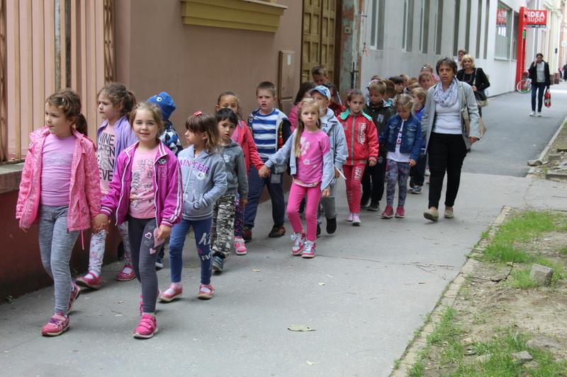 U ponedeljak su svi putevi vodili ka ili iz Gradskog pozorišta   Foto: Vlastimir Jankov